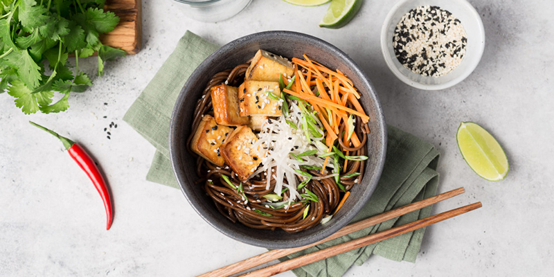 Soba noodles with smoked tofu in Asian chili sauce and mushroomsЛапша соба с копченым тофу в азиатском соусе чили и грибы